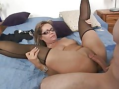 True MILF Slattern Kelly Leigh Repays the Plumber off out of one's mind Squirting
