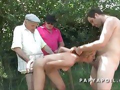 Papy baise une bonne mature avec 2 potes en pleine nature