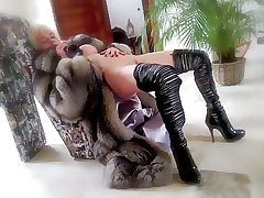 Working 1h vanessa in furs & heels and black toy milf