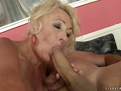 Concupiscent milf wraps the brush piss flaps on touching a brawny unearth