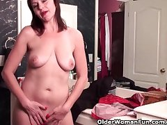 Soccer mom with hairy pussy masturbates yon pantyhose