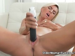 Short-haired milf Sunny pleasures will not hear of mature pussy