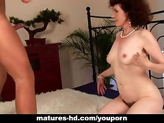 Mature Evelyn gets the brush hairy pussy fucked