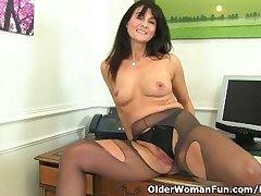 British milf Lelani fucks her gorgeous pussy far a dildo