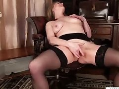 Of age mom makes her pussy cum
