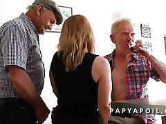 Papy se walking-stick une bonne adult avec un vieux pote