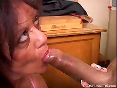 Comely mature babe gives a blowjob lesson