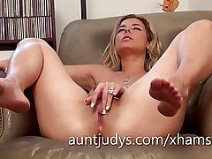 Sexy Alana Luv fingers their way full-grown muddy pussy