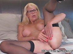Peaches milf Bianca finger fucks her mature pussy
