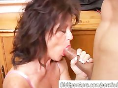 Comely mature coddle gives a blowjob lesson