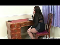 British milf Jessica Jay gives their way matured pussy a treat