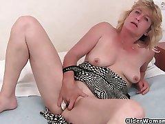 Granny rutting finger fucks her elderly pussy