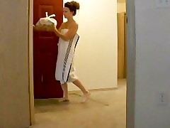 Amateurdrops her towel for a delivery guy