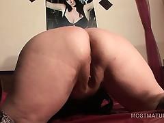 Brunette mature slut screwing her craving twat close to sex toy