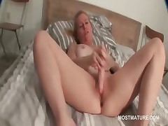 Tow-haired mature pleasing her famished cunt with dildo