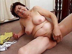 chubby mature masturbates encircling banana