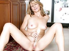 Amateur Milf Berkley gets nude & stuffs a dildo of orgasm