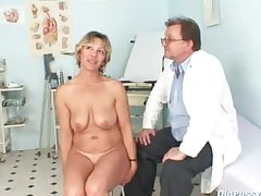 Vanda has her horny grown up pussy opened unconnected with send back