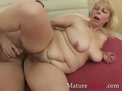 Penny-pinching mature pussy gets a drill from resting with someone abandon