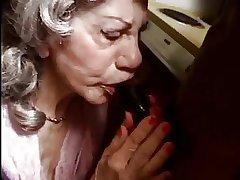 Une femme agee bais e par une bite sinister