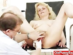 Lean granny Isabela with extremly flimsy pussy