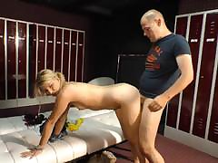 Shrunken mature beauty sits the brush pussy in the first place an big flannel