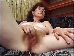 Hairy granny masturbates apropos a dildo