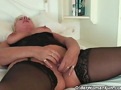 Curvy granny steppe stockings rubs her old clit