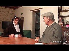 Une vieille nonne baisee et sodomisee par Papy et sprog pote
