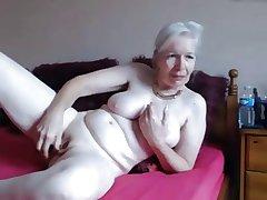 Granny masturbate infront of get under one's cam