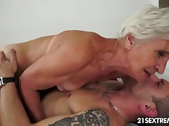 Gorgeous GILF Aliz empathize nearby ring nearby a big young cock