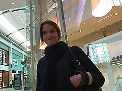 Teeny here der Mall angesprochen und von 2 Typen auf gefickt