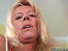 Sultry senior mam probes her old pussy wide a detailed dildo