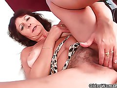 Prexy experienced lady rubs her flimsy cunt with her fingers