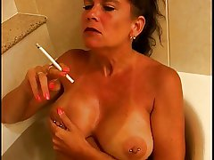 Hot Busty Mature Cougar Smoking 120s On touching Tub