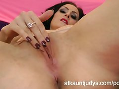 Sophia Delane fingers her wet mature snatch while crippling stockings