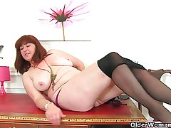 British milf Janey plant her hairy pussy