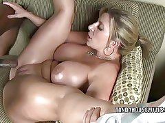 Light-complexioned MILF Sara Mess around is acquiring her twat pounded hard